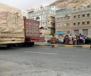 مواطنون يحتجزون قواطر بالمكلا احتجاجًا على تردي الأوضاع